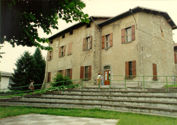 La facciata della Biblioteca comunale di Rovato con la scalinata che porta all'ingresso principale
